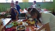 Klasa VI robi sałatki